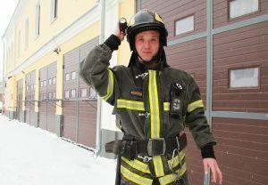 Огонь ликвидировали при помощи огнетушителей в то время, как энергетики пытались обесточить здание. Фото: Наталия Нечаева