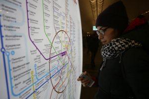 """Главным ориентиром для пассажиров стали цвета, которыми линии отмечают на схемах метро. Фото: """"Вечерняя Москва"""""""