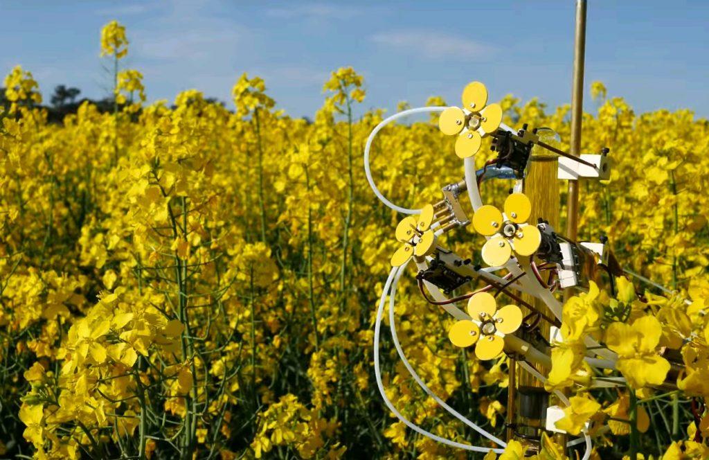 Пчелам сделали искусственный цветок с нектаром