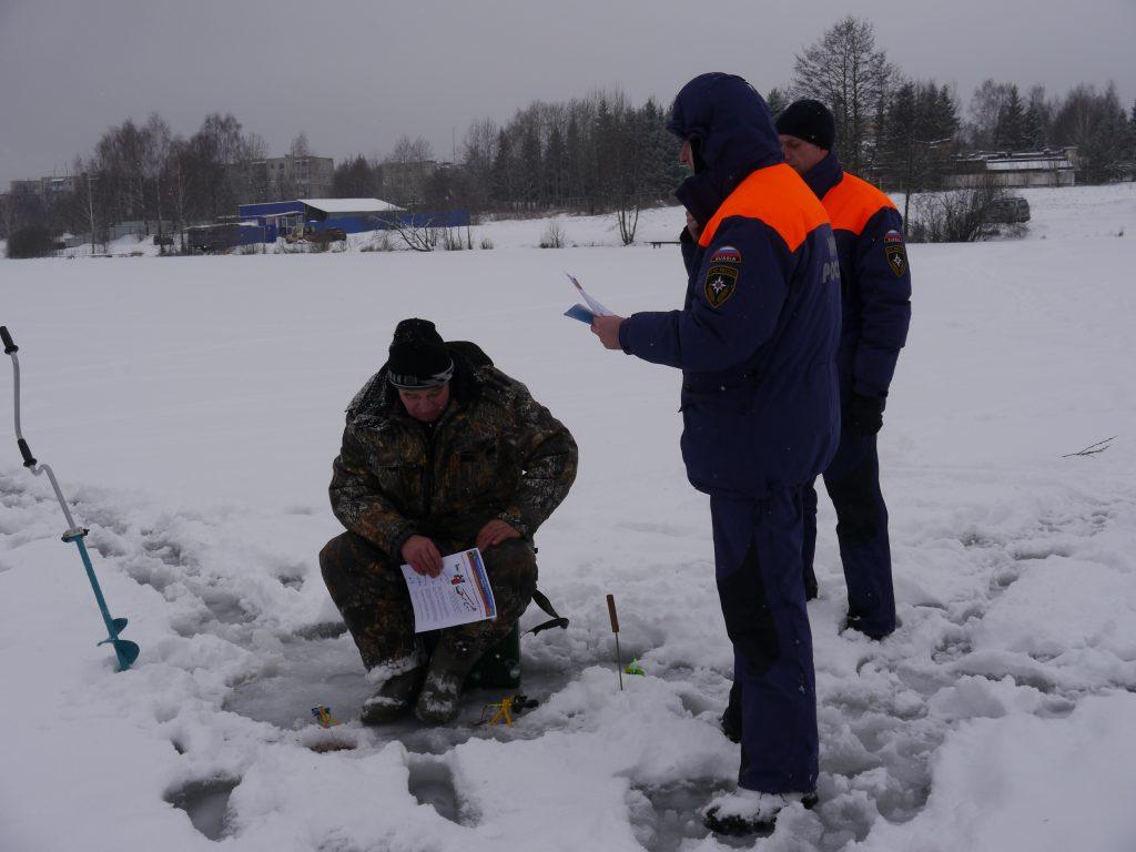 Спасатели следят за безопасностью рыбаков