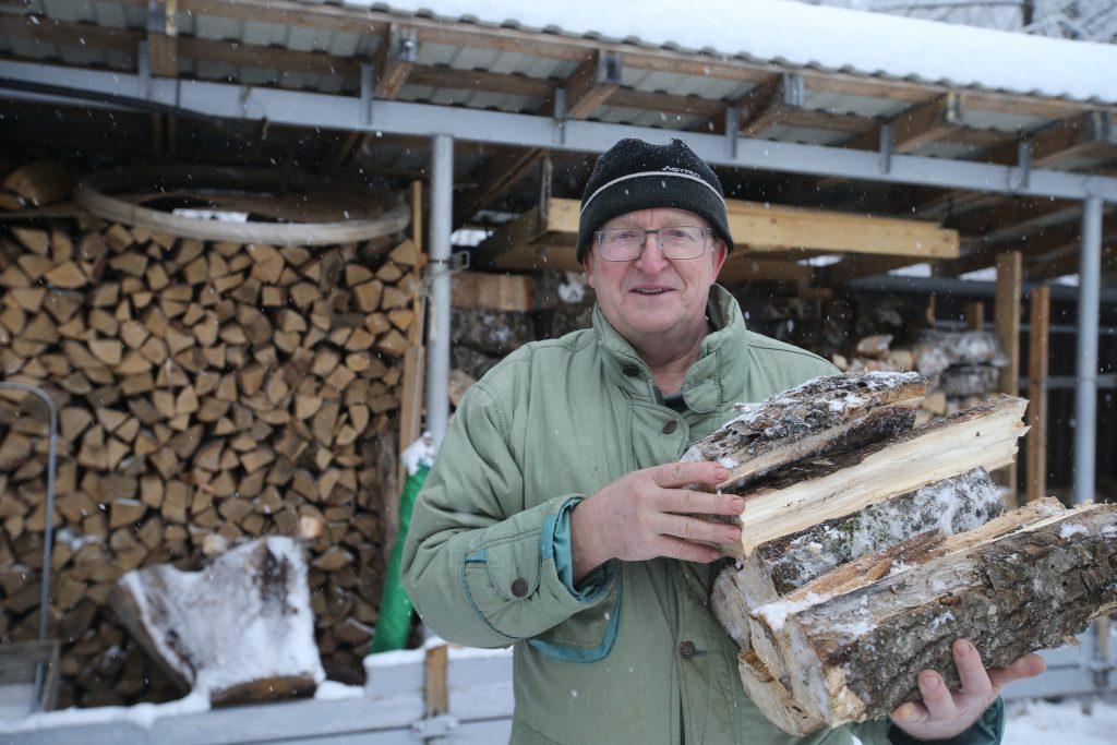 25 февраля 2018 года. Зима в этом году напоследок действительно запугала жителей морозами. И хотя на дворе уже март, синоптики о бещают новую волну похолодания, так что дрова еще могут пригодиться. Фото: Владимир Смоляков, «Вечерняя Москва»