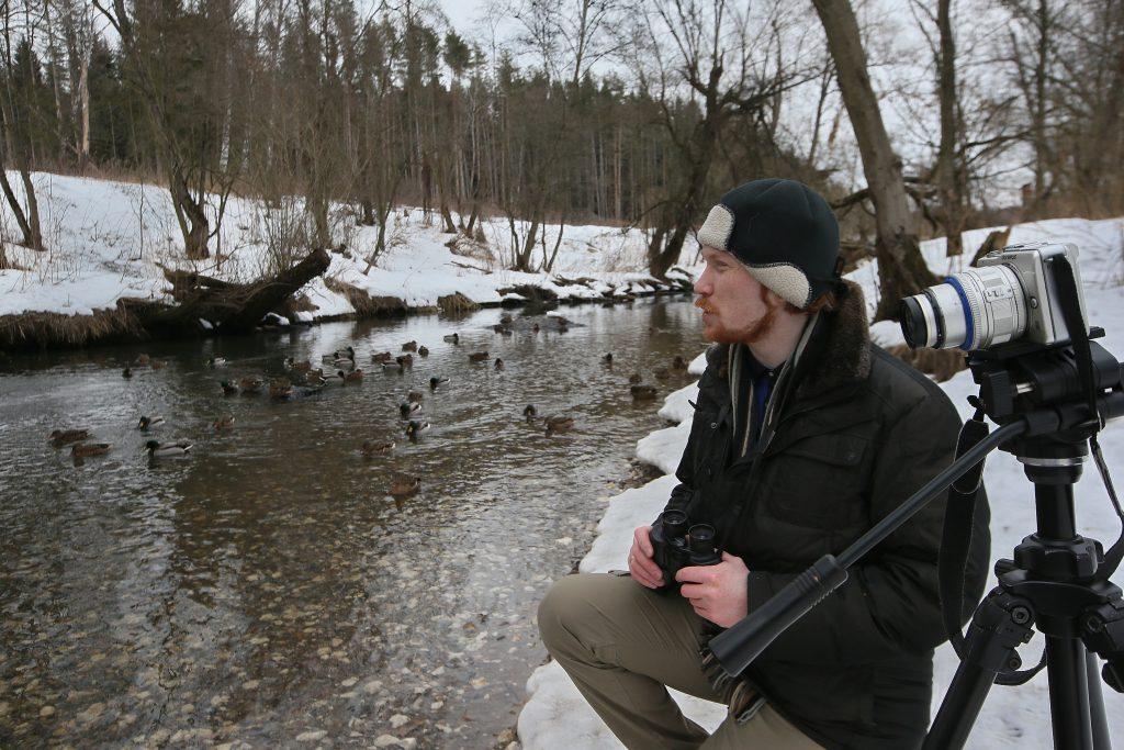 25 марта 2018 года. Десеновское. Орнитолог Иван Неслуховский пересчитывает уток на реке Десне. Фото: Виктор Хабаров
