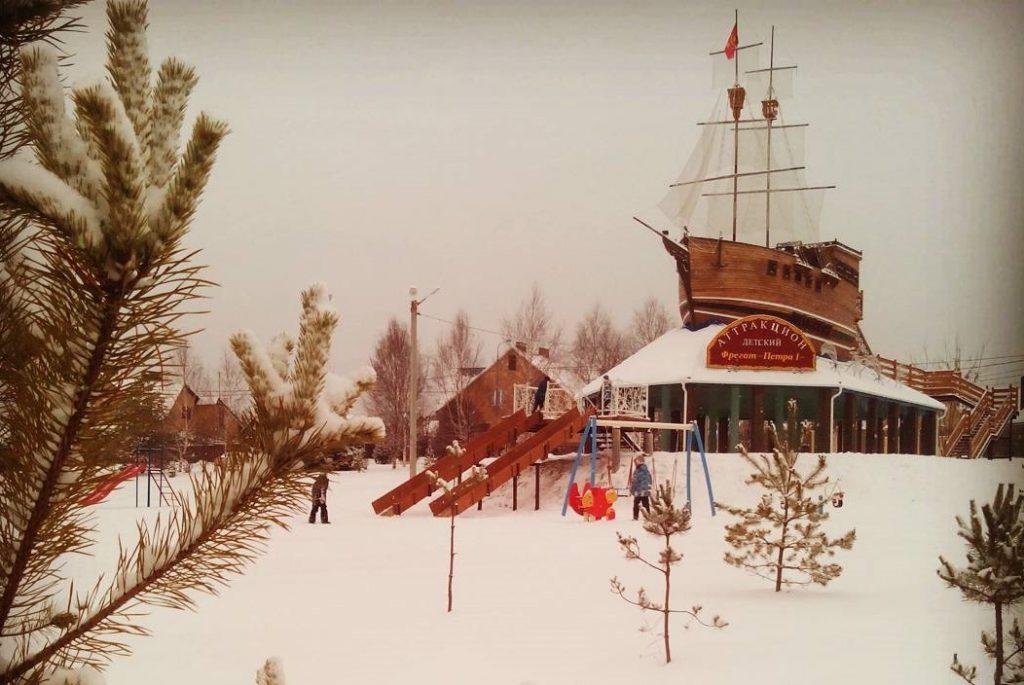 Корабль в Парке истории поселения Роговское имени Валентины Карпачевой. Фото: страница пользователя strogonovo в социальной сети Instagram