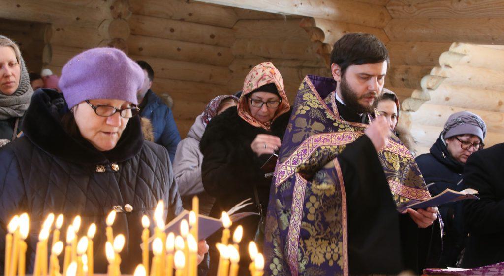 25 марта 2018 года. Поселение Московский. Иерей Вадим Попов начнет скоро проводить молебны в церкви. Фото: Виктор Хабаров