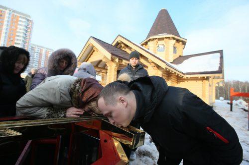 Прихожанам выпала редкая возможность приложиться к кресту, который будет установлен на куполе храма. Фото: Виктор Хабаров
