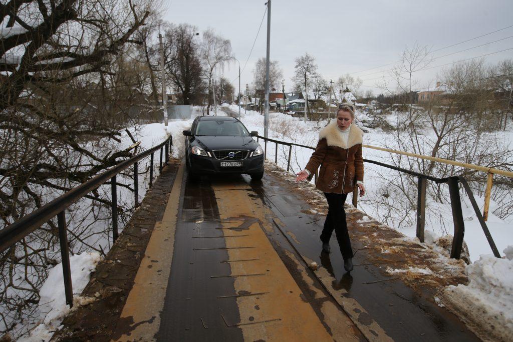 Марушкинское, поселок Красные горки. Жительница поселка Ирина Петросян теперь спокойно может и пройти, и проехать по железному мосту. Фото: Владимир Смоляков, «Вечерняя Москва»