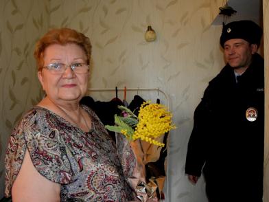 В рамках Всероссийской акции «8 Марта – В каждый Дом!» участковый уполномоченный полиции поздравил женщин с праздником
