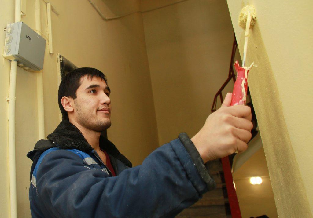 Капитальный ремонт подъездов завершится в Краснопахорском до конца марта
