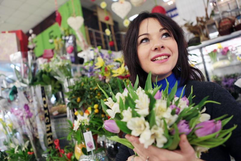 Дарите девушкам цветы: подборка букетов к 8 Марта