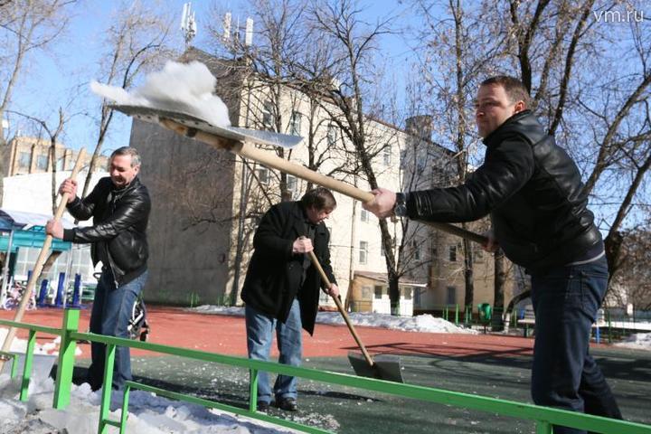 Основными задачами проведения весеннего благоустройства является приведение в порядок городских и внутридворовых территорий. Фото: Дмитрий Рухлецкий