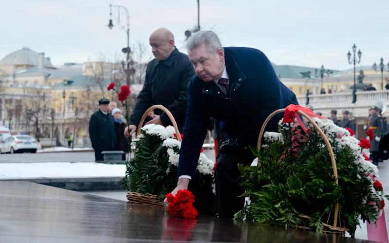 Собянин возложил цветы на Манежной площади к месту скорби по погибшим в Кемерове