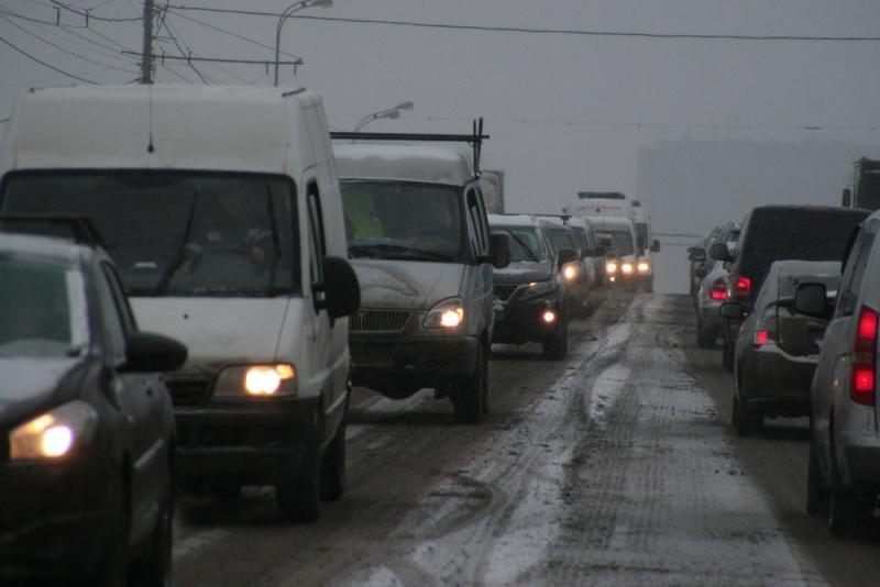 Жителей Москвы попросили пересесть в час пик на общественный транспорт из-за снегопада