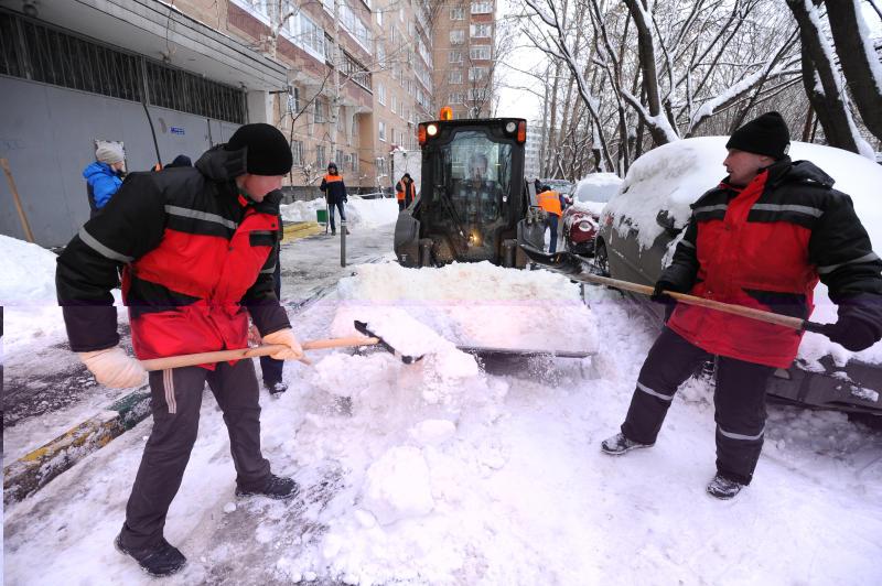 Свыше 12 тысяч единиц спецтехники вывели на улицы Москвы для уборки снега