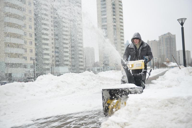 Для уборки снега в Москве привлекли более двух тысяч единиц техники