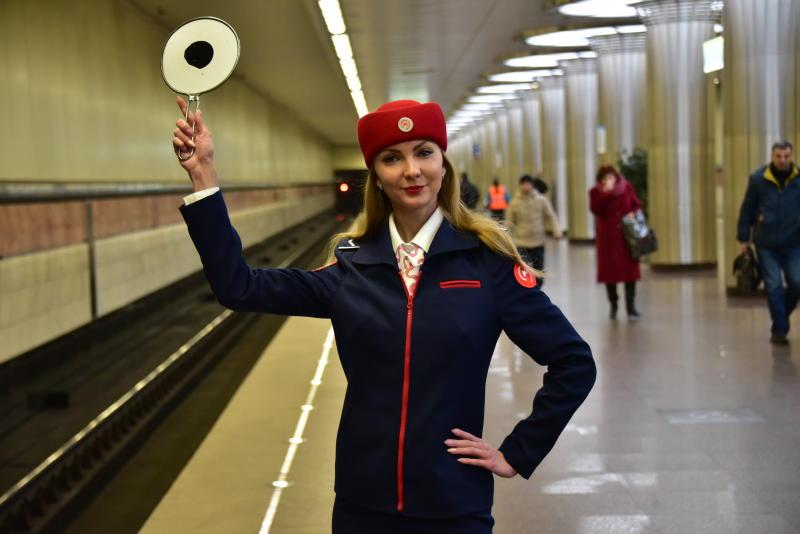 В метро Москвы появились в продаже футболки с надписью «Не прислоняться»