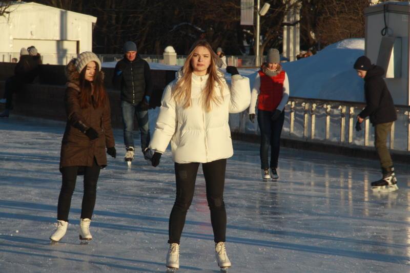 Сезон работы почти 20 катков продлили в парках Москвы