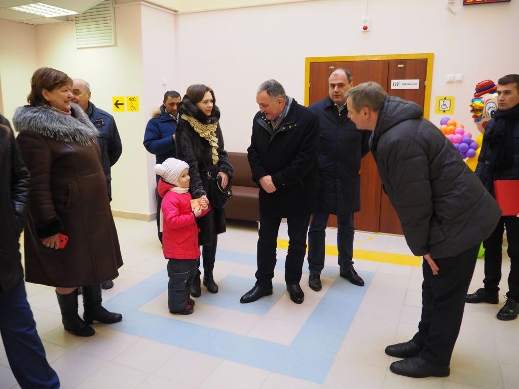 Глава администрации городского округа Щербинка Юрий Стручалин принял участие в открытии детского сада. Фото: Мария Смирнова