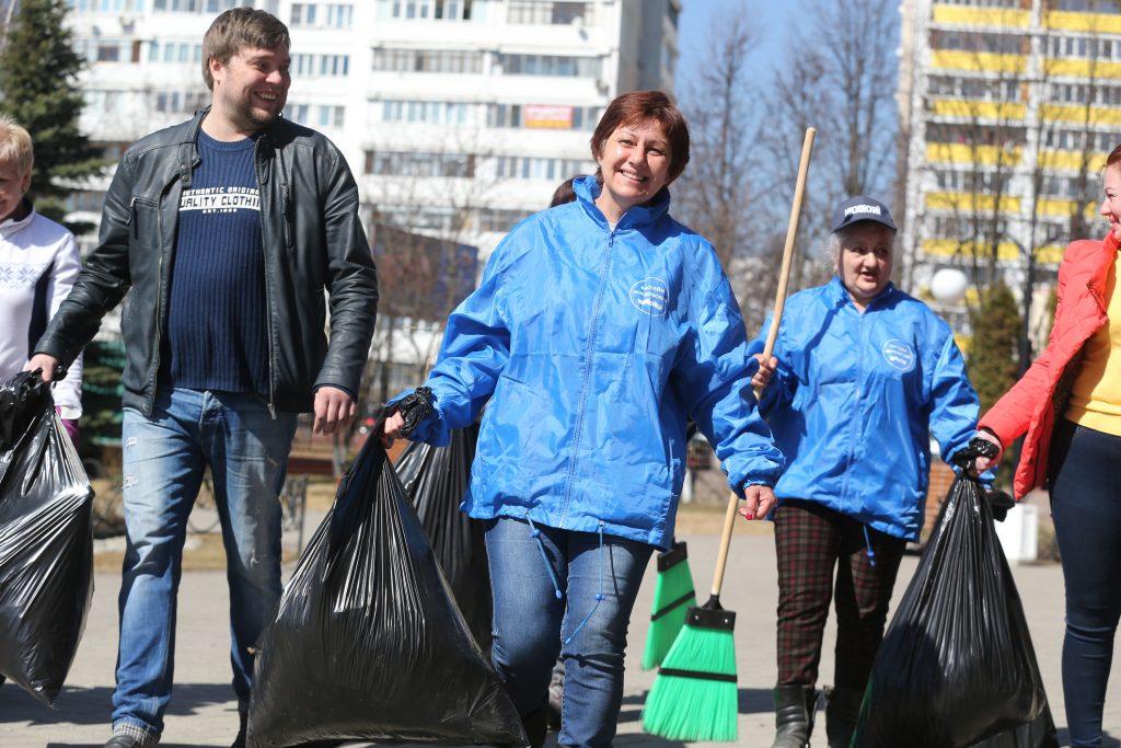Если и убирать любимый город, то обязательно с улыбкой! Фото: Виктор Хабаров