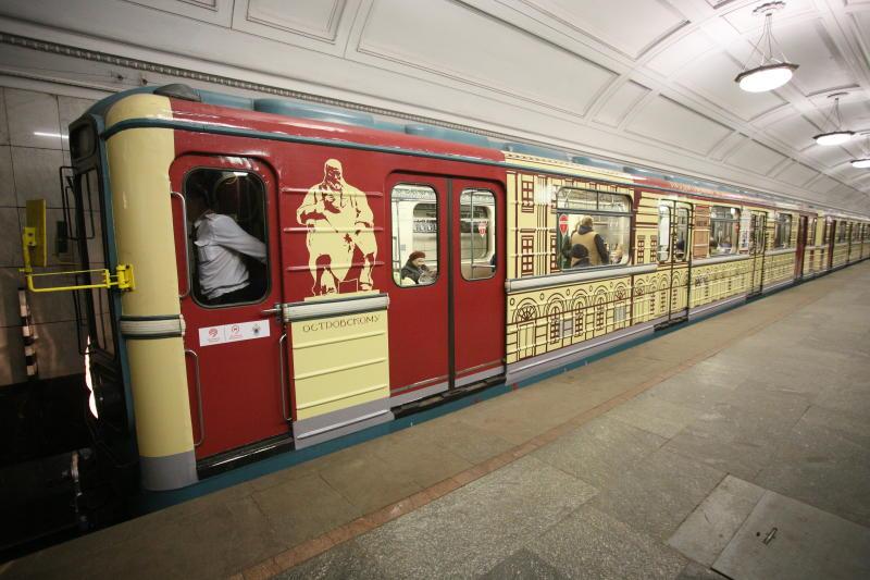 В столичном метро расклеили около трех тысяч стикеров с просьбой уступать место беременным