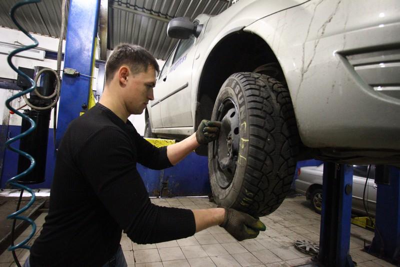 Водителей Москвы призвали повременить с летней резиной
