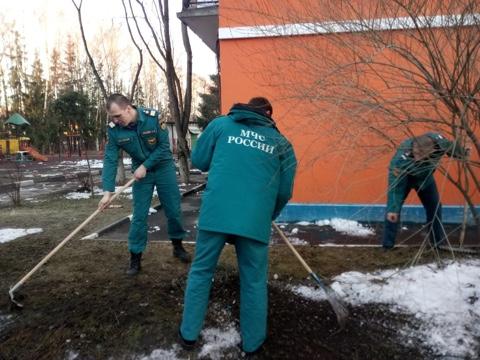 Пожарные и спасатели новой Москвы приняли участие в субботниках