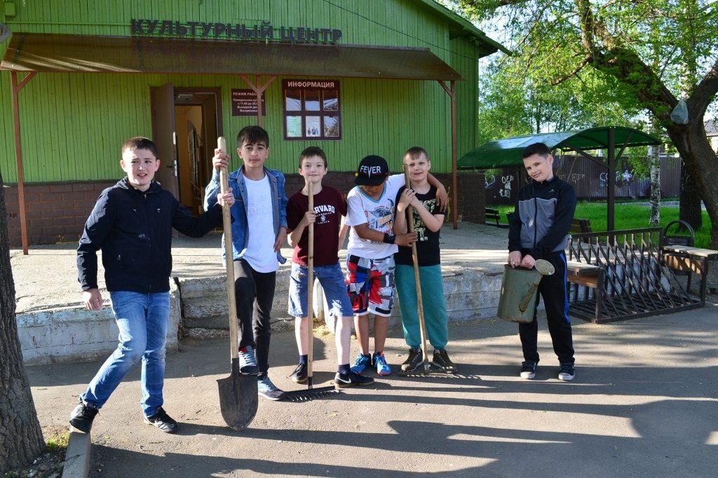 Акцию по озеленению провели в Марушкине. Фото: администрация Культурного центра
