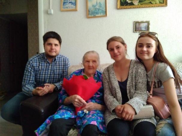 Активисты поселения Филимонковское поздравили местную долгожительницу