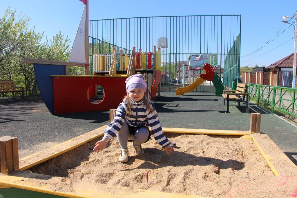 9 мая 2018 года. Сосенское. Алина Москаленко на детской площадке в деревне Сосенки. Песок привезли, можно малышам куличи лепить.