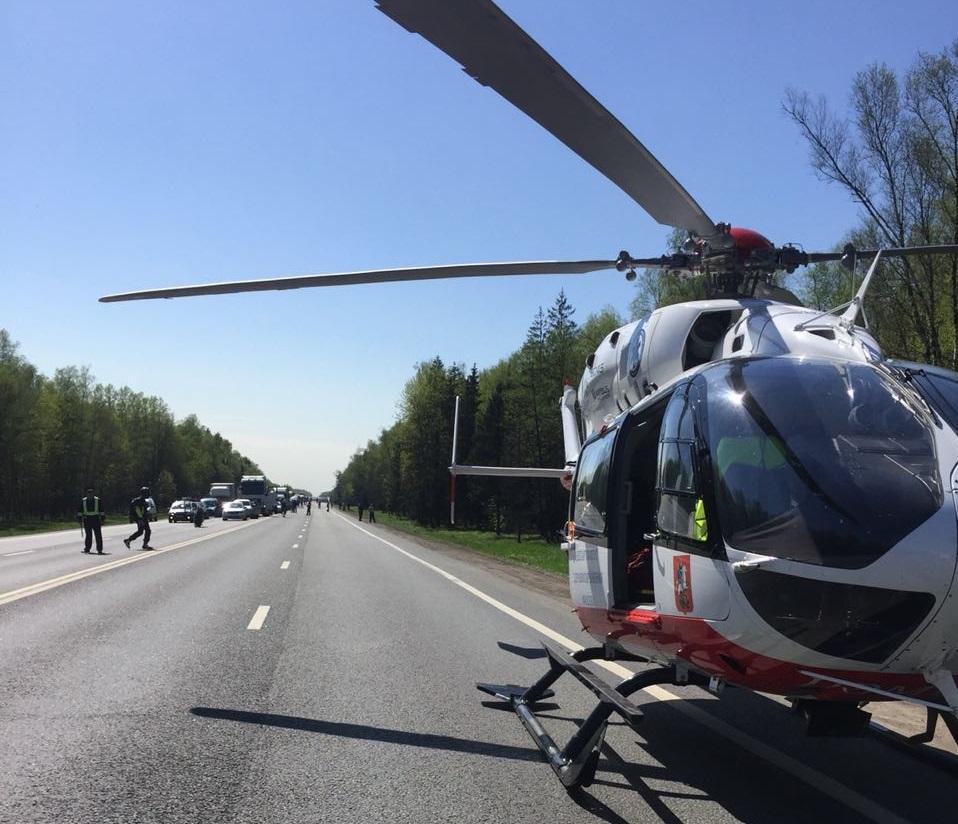 По сообщению пресс-службы Департамента ГОЧСиПБ экипаж санитарного вертолёта Московского авиационного центра эвакуирует из поселка Остафьево ребёнка
