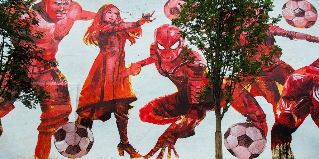 Многометровые картины обращают на себя внимание ярко-красными красками. Фото: mos.ru
