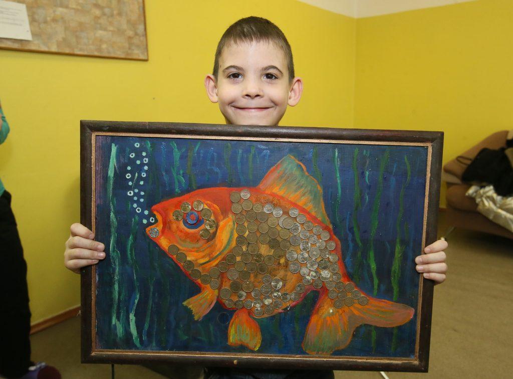 Одна из картин Юрия Буркова — рыба, чешуя которой выполнена из десятикопеечных монет. Фото: Виктор Хабаров