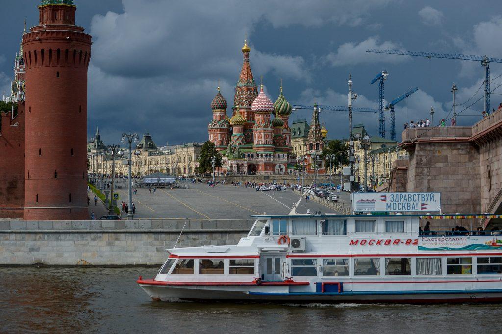 Время посещений Московского Кремля продлили наодин час налетний туристический сезон