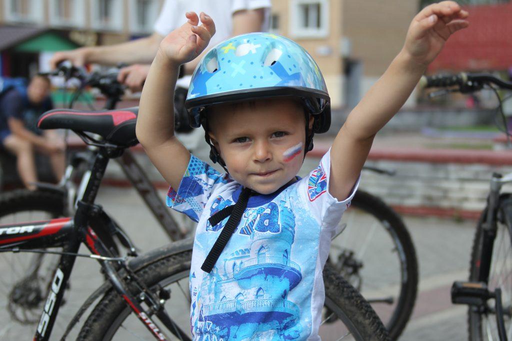 7 мая 2018 года. Троицк. Степа Саква готов к велозаезду. Осталось только маму дождаться. Уж очень долго она собирается. Фото: Владимир Смоляков