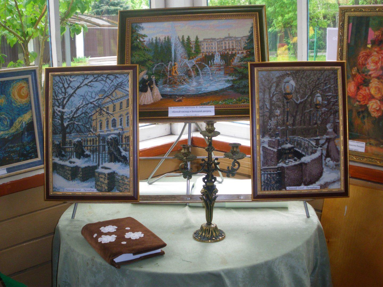 Выставка вышитых картин в библиотеке №260 поселения Десеновское. Фото: библиотека №260