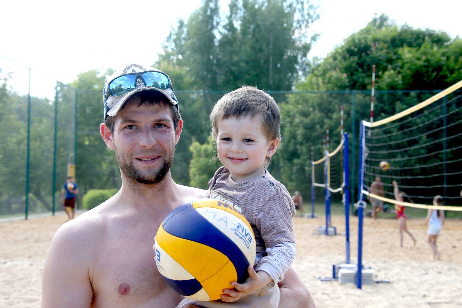 Виталий Журавлев вывез сына Артема в парк, на свежий воздух. Фото: Владимир Смоляков
