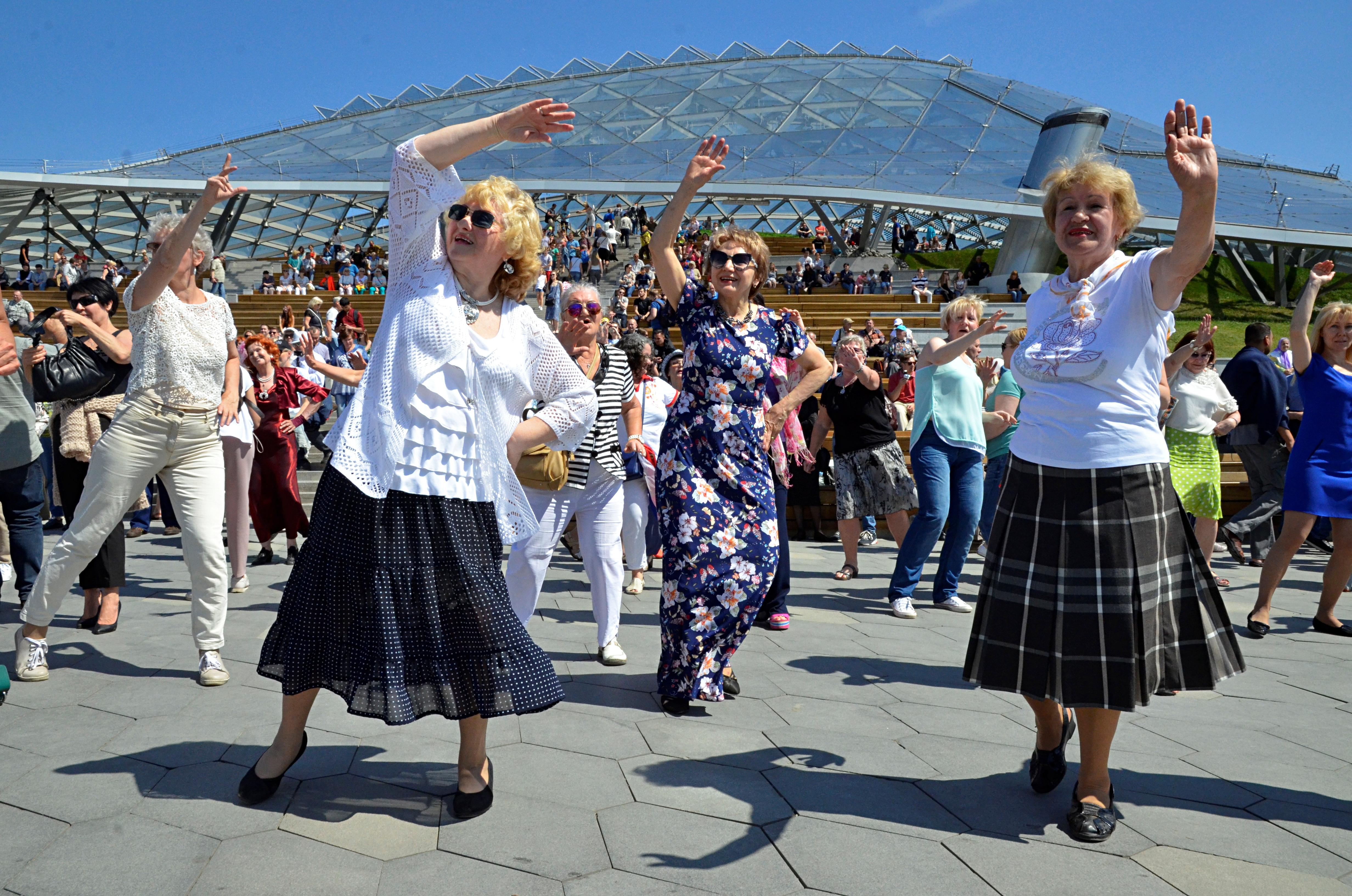 Скандинавская ходьба, дыхательная гимнастика и йога: Пожилые москвичи приняли участие в мероприятии «Лето в Зарядье»