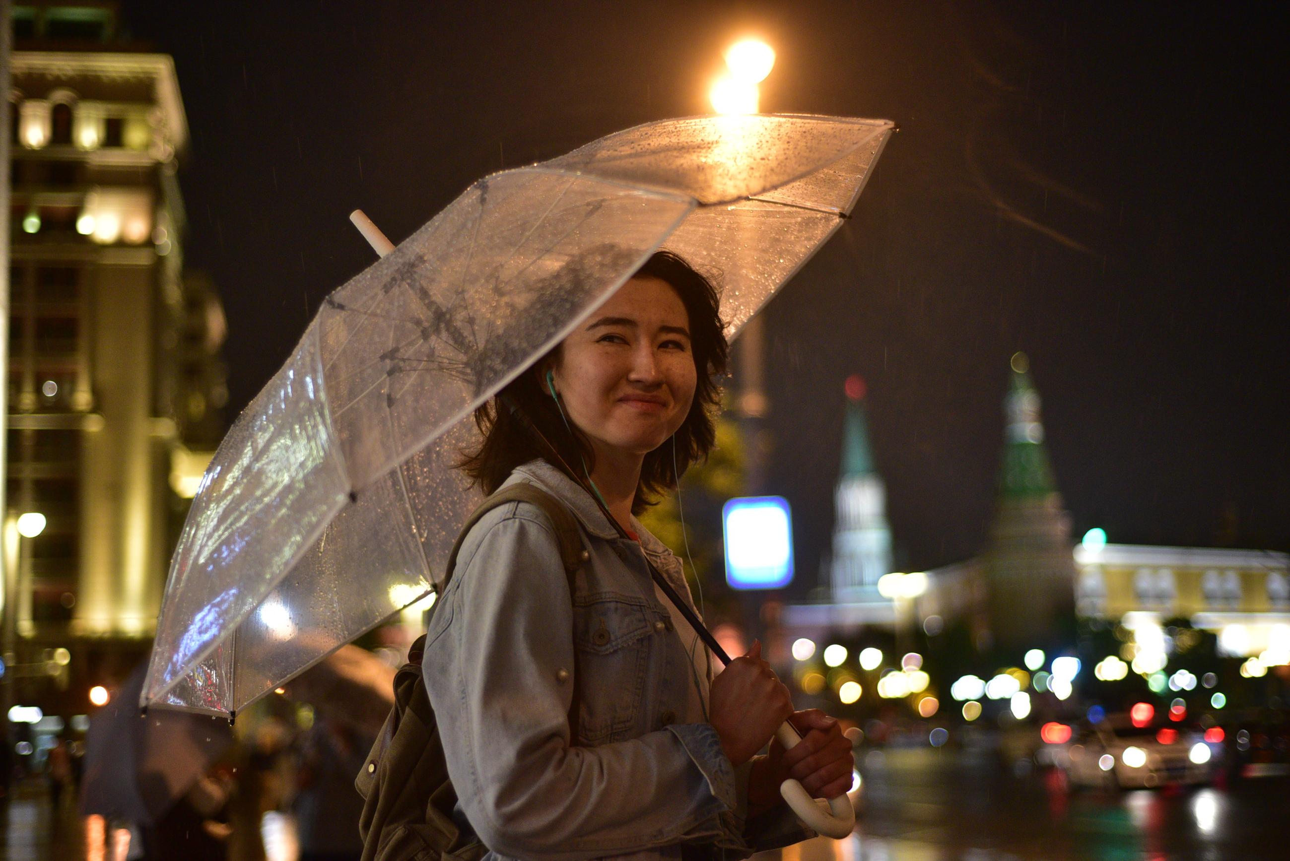 Москву напугали грозой и ветром до 17 метров в секунду