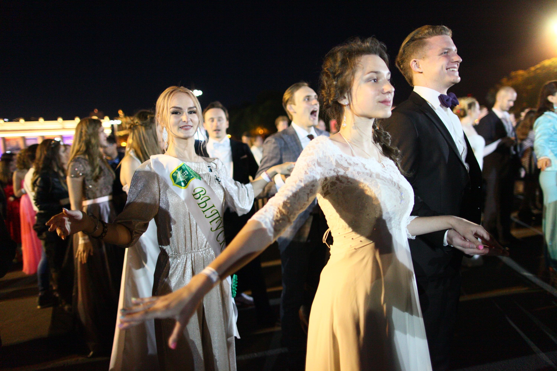 Школьники отметили выпускной вечер в Кремле