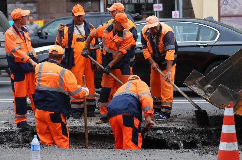 Специалисты выровняли землю возле одного из домов в Кокошкино
