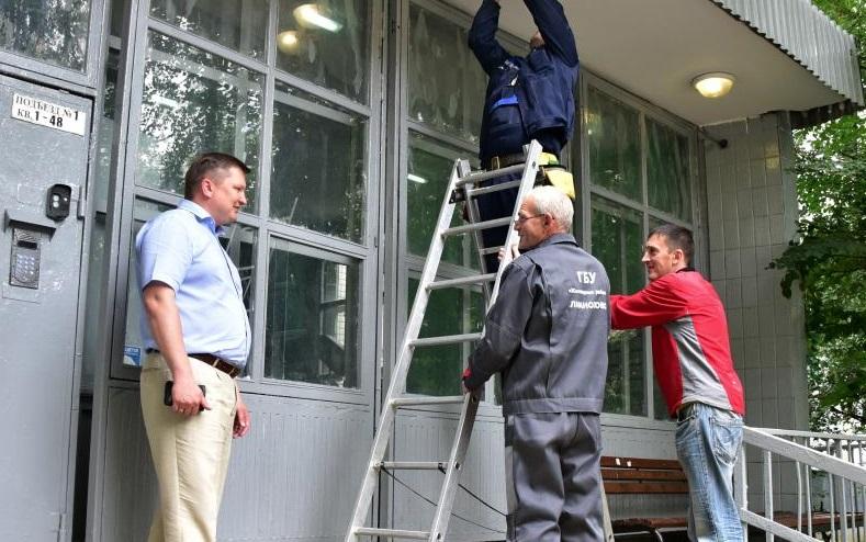 Специалисты приступили к ремонту подъездов в Марушкине
