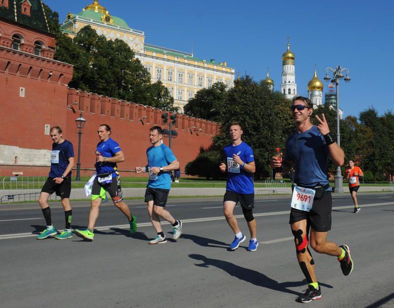 Участники забега пробегут 42 километра и 10 километров по самому центру Москвы. Фото: Александр Кожохин, «Вечерняя Москва»