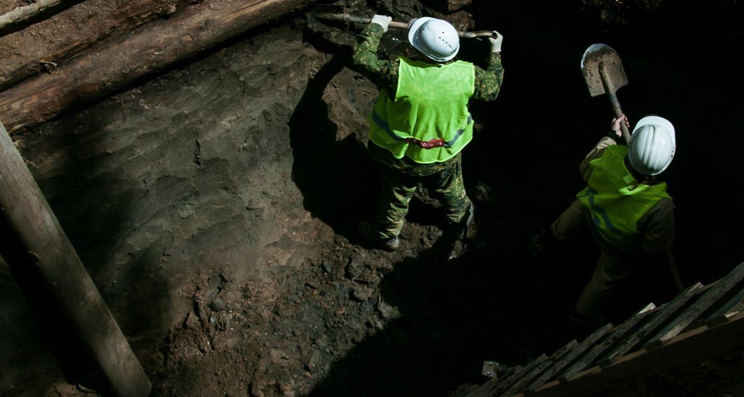 Специалисты обнаружили фрагмент медной монеты с остро заточенными краями. Фото: mos.ru