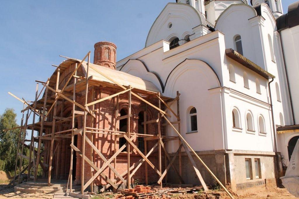 Специалисты провели ремонт цоколя храма в Воскресенском. Фото: храм Воскресения Христова