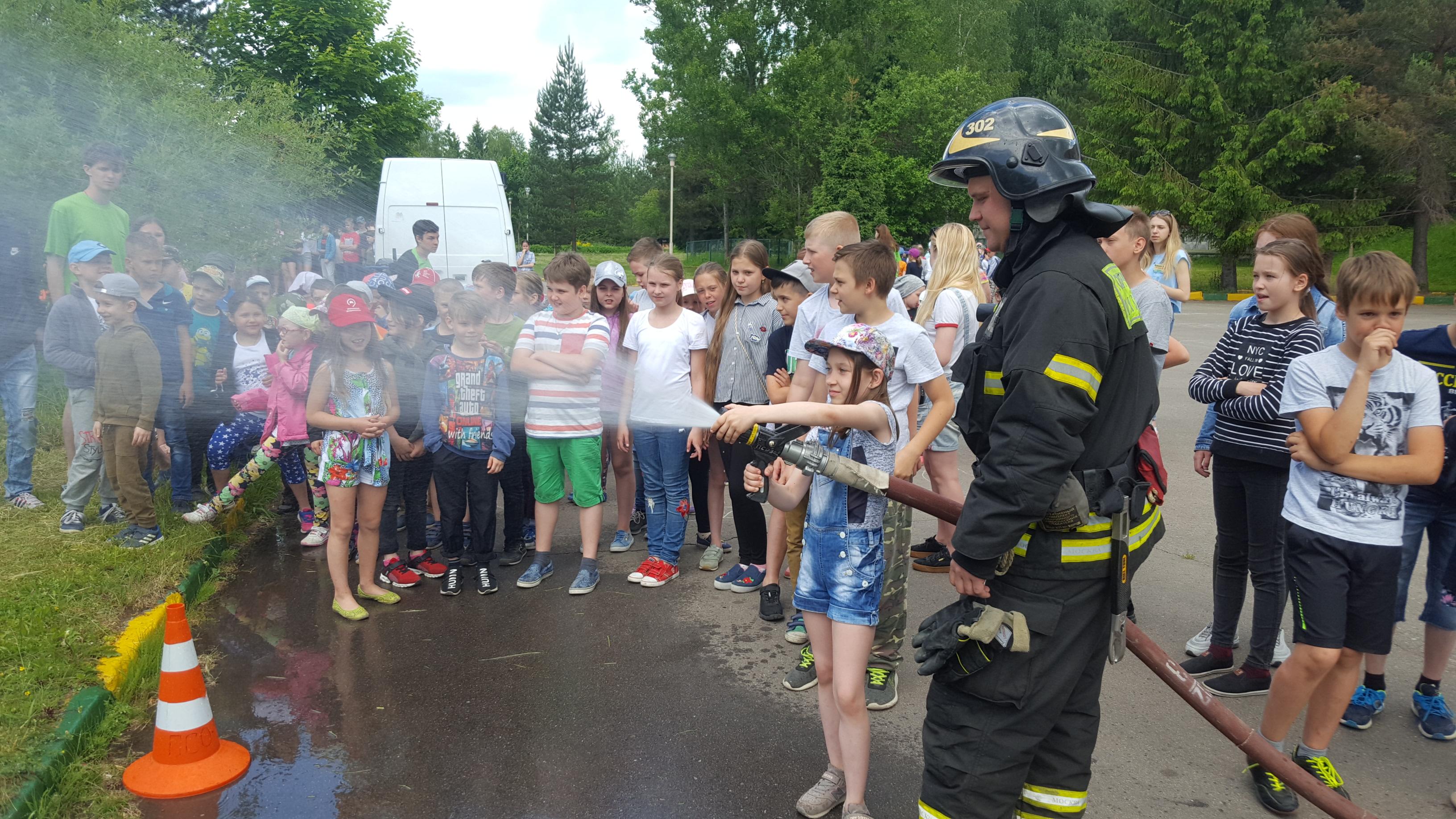 Летние каникулы провели вместе с пожарными Новой Москвы