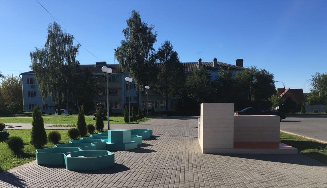 Загадочные бирюзовые соты.Площадь перед Домом культуры в Щаповском превратится в цветущий сад