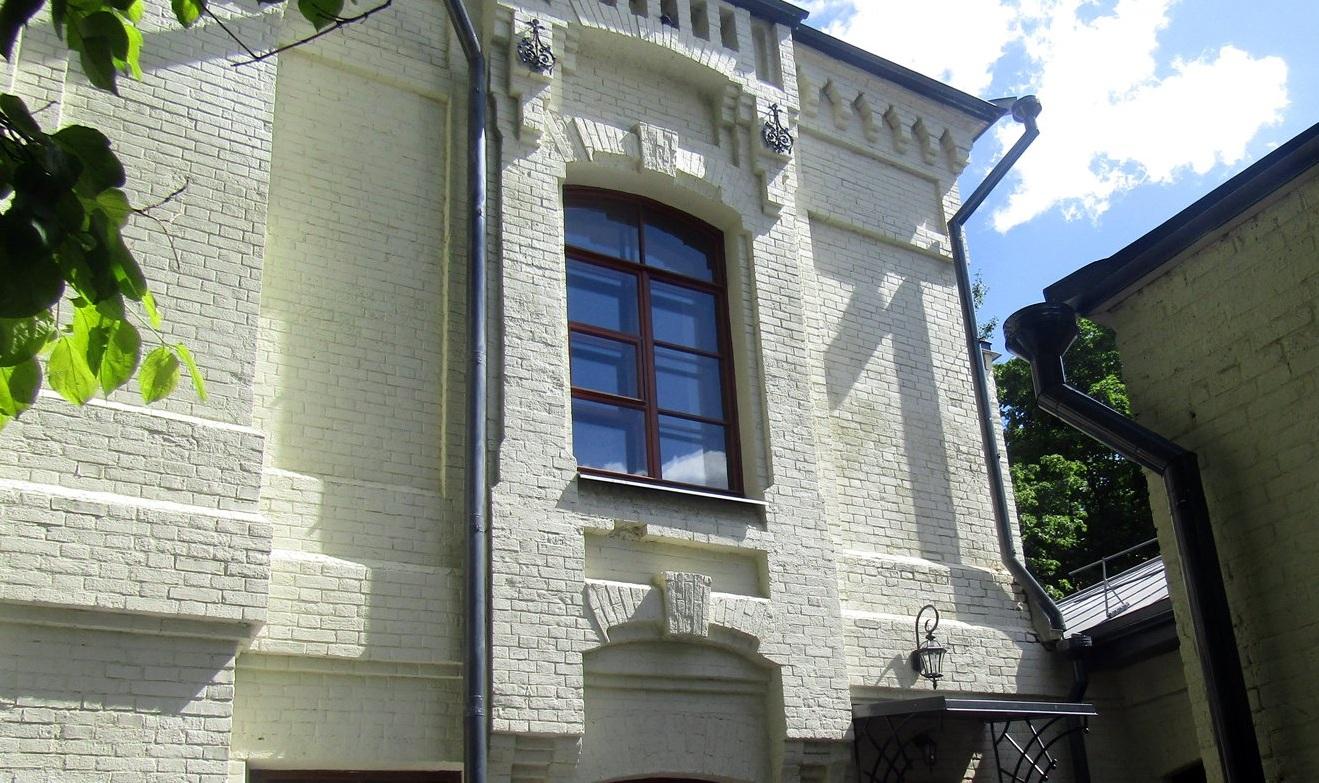 Фасады облицевали светлым кирпичом, так было принято в византийской архитектуре. Фото: mos.ru