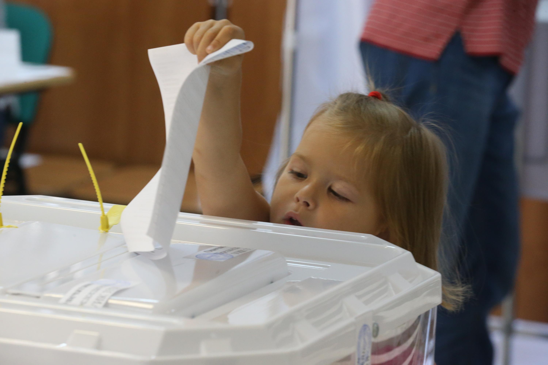 Юные жители поселения помогали родителям опустить бюллетень в урну и участвовали в мастер-классах. Фото: Виктор Хабаров