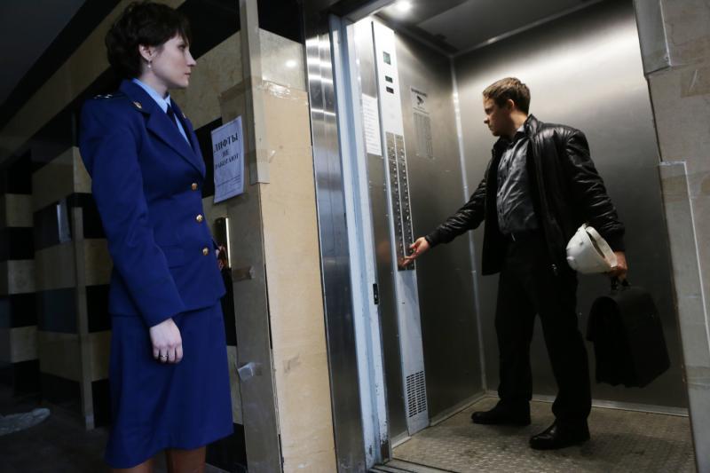 Мужчин призвали не впускать женщин в лифт первыми