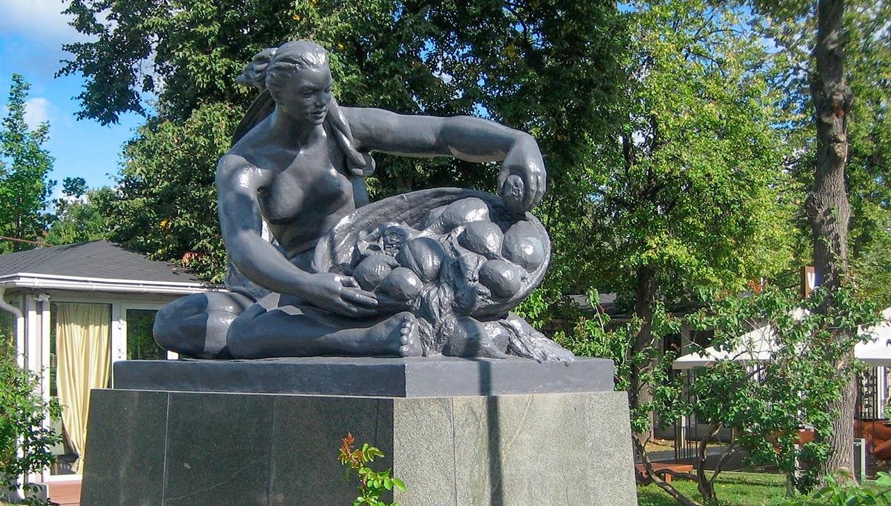 Скульптуры Веры Мухиной «Земля» и «Вода» отреставрировали