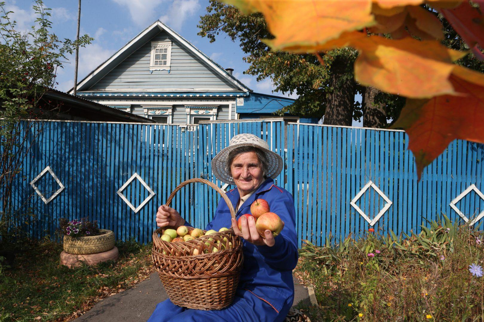 Пенсионерка Лидия Монина рассказывает, что некоторые члены съемочной группы отдыхали в ее доме. Фото: Виктор Хабаров